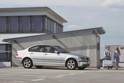 BMW 3er Limousine E46 LCI Aussenansicht Seite schräg statisch silber