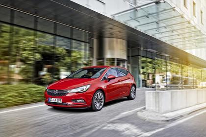 Opel Astra K 5türer Aussenansicht schräg frontal dynamisch rot