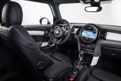 Mini Fünftürer F55 Innenansicht Fahrerseite statisch Studio schwarz