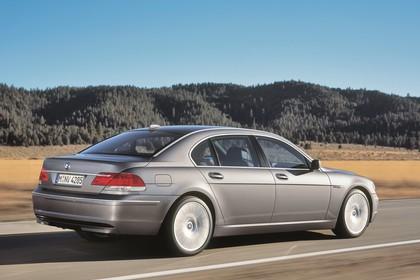 BMW 7er Limousine E65 LCI Aussenansicht Seite schräg dynamisch grau