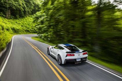 Chevrolet Corvette Grand Sport Coupé Aussenansicht Heck schräg dynamisch weiss