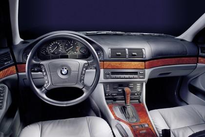 BMW 5er Touring E39 Innenansicht statisch Studio Vordersitze und Armaturenbrett fahrerseitig