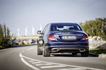 Mercedes C-Klasse W205 C350 Plug-in Hybrid Aussenansicht Heck schräg dynamisch blau