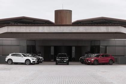 Alfa Romeo Stelvio 949 Aussenansicht Seite Front statisch weiss grau schwarz rot