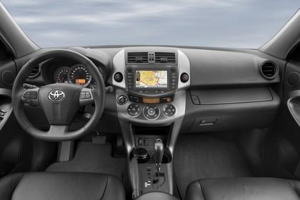 Toyota RAV4 XA3 Facelift Innenansicht statisch Vordersitze und Armaturenbrett