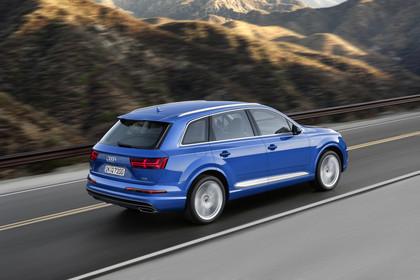 Audi Q7 4M Aussenansicht Heck schräg dynamisch blau