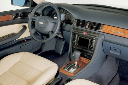 Audi A6 Avant C5 Innenansicht statisch Studio Vordersitze und Armaturenbrett beifahrerseitig