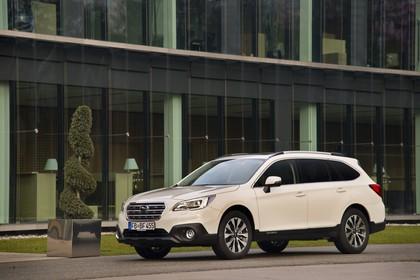 Subaru Outback Aussenansicht Seite schräg statisch weiss
