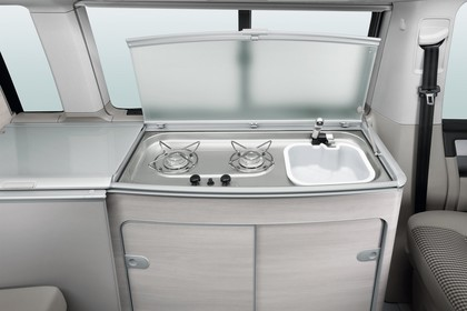 VW T6 California SG/SF Innenansicht statisch Studio Detail Koch-Spül-Kombination