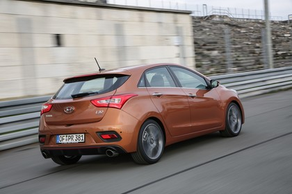 Hyundai i30 GD/GDH Aussenansicht Heck schräg dynamisch braun