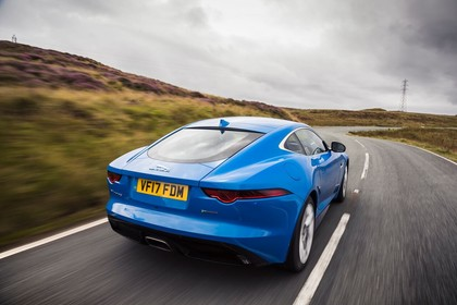 Jaguar F-Type Coupé QQ6 Aussenansicht Heck schräg dynamisch blau