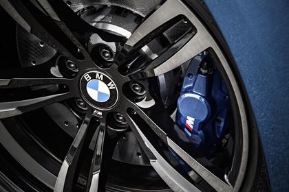 BMW 2er M2 Coupe F87 Aussenansicht Detail Bremse und Felge statisch blau
