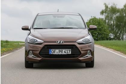 Hyundai i20 Coupe GB Aussenaussicht Front statisch braun