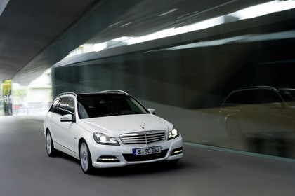 Mercedes-Benz C-Klasse T-Modell S204 MoPf Aussenansicht Front schräg dynamisch weiss