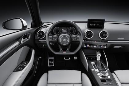 Audi A3 8V Sportback e-tron Innenansicht Fahrerposition Studio statisch hellgrau
