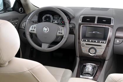 Jaguar XK Coupé X150 Studio Innenansicht Fahrerposition statisch beige schwarz