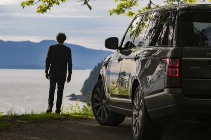 Land Rover Range Rover 4 Aussenansicht Heck schräg statisch grau