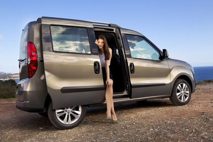 Opel Combo Tour Aussenansicht Seite schräg Schiebetür offen statisch hellbraun