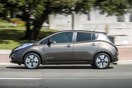 Nissan Leaf ZE0 Aussenansicht Seite dynamisch braun