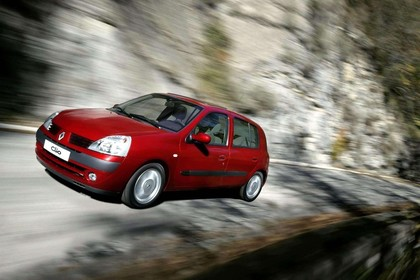 Renault Clio B Facelift Fünftürer Aussenansicht Front schräg dynamisch rot