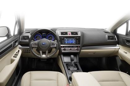 Subaru Outback Innenansicht statisch Studio Vordersitze und Armaturenbrett fahrerseitig