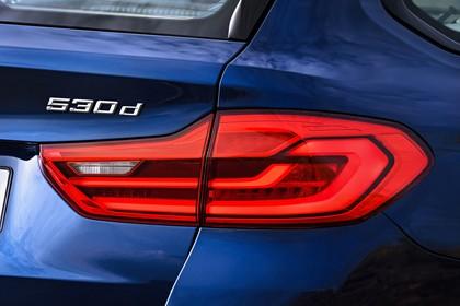 BMW 5er G31 Touring Aussenansicht Detail Rückleuchte statisch blau