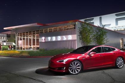 Tesla Model S Aussenansicht Seite schräg statisch rot