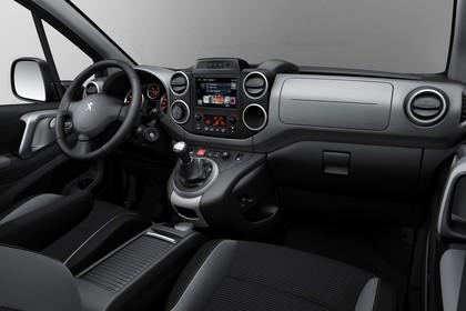 Peugeot Partner Tepee 2 Innenansicht statisch Studio Vordersitze und Armaturenbrett beifahrerseitig