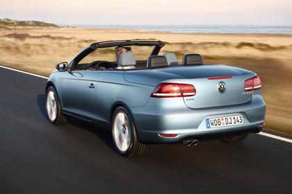 VW Eos 1F Facelift Aussenansicht Heck schräg dynamisch blau