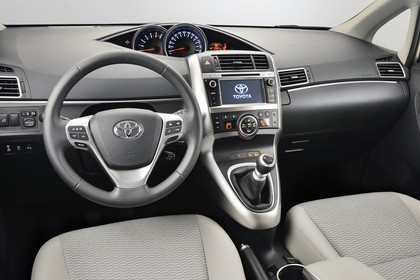 Toyota Verso (ARA2) Innenansicht Armaturenbrett statisch