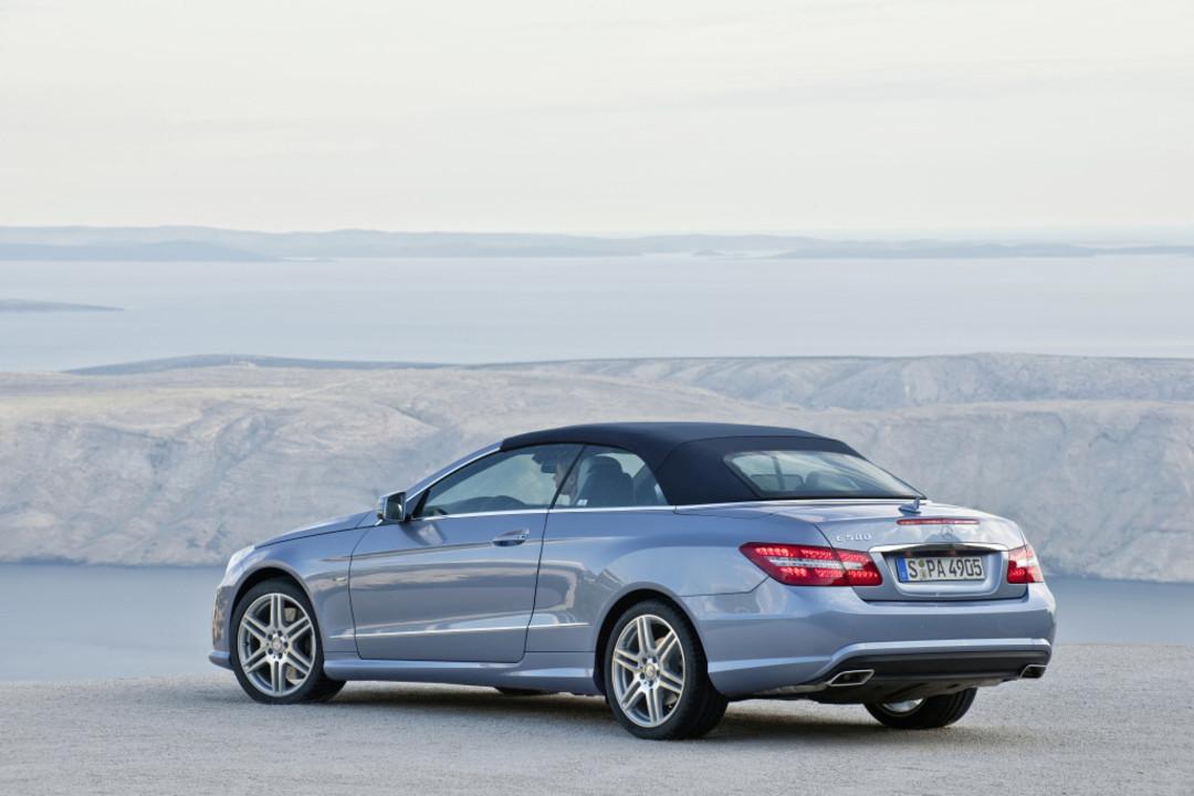 Mercedes Benz E Klasse Cabriolet A207 Dach Geschlossen Aussenansicht Heck Schräg Statisch Blau