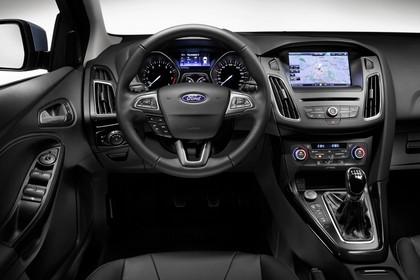 Ford Focus Schrägheck Mk3 Innenansicht Armaturenbrett fahrerseitig