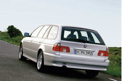 BMW 5er Touring E39 LCI Aussenansicht Heck schräg dynamisch silber