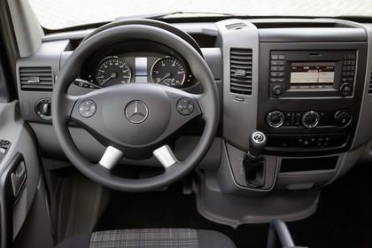 Mercedes-Benz Sprinter W906 Innenansicht statisch Lenkrad und Armaturenbrett fahrerseitig