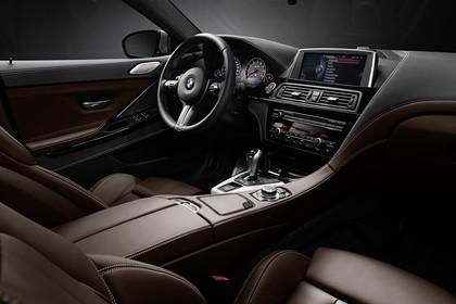 BMW M6 Gran Coupé F06 Innenansicht statisch Studio Vordersitze und Armaturenbrett beifahrerseitig
