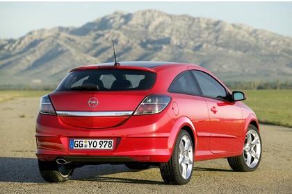 Opel Astra GTC 3Türer Aussenansicht Heck statisch rot