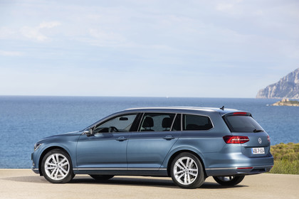 VW Passat B8 Variant Aussenansicht Seite schräg statisch blau