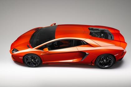 Lamborghini Aventador Aussenansicht Seite erhöht statisch Studio orange