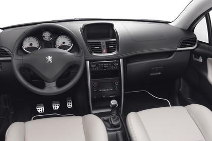 Peugeot 207 CC W Facelift Innenansicht statisch Studio Vordersitze und Armaturenbrett fahrerseitig
