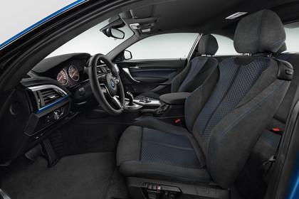 BMW 2er Coupe F22 Innenansicht Einstieg Fahrerposition Studio statisch schwarz