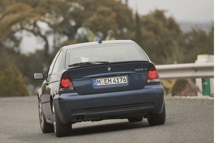 BMW 3er Compact E46 Aussenansicht Heck schräg dynamsich blau