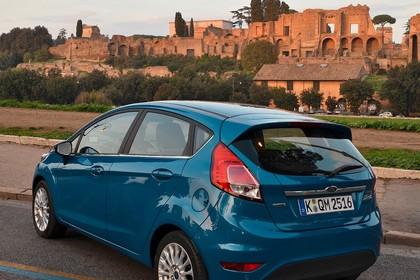 Ford Fiesta Fünftürer JA8 Heck schräg statisch blau