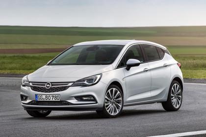 Opel Astra K 5türer Aussenansicht schräg Heck statisch weiss