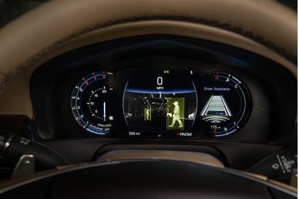 Cadillac CT6 Limousine Innenansicht statisch Detail Tacho mit Night Vision System