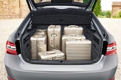 Skoda Superb Limousine 3V Aussenansicht Heck Kofferraum geöffnet statisch grau