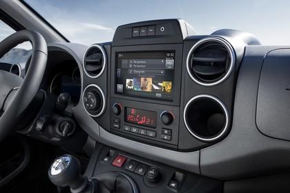 Peugeot Partner Tepee 2 Innenansicht statisch Mittelkonsole Klimaanlage und Infotainmentsystem