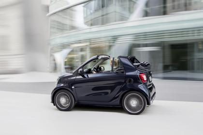 Smart Fortwo Cabrio 453 Aussenansicht Seite schräg dynamsich schwarz
