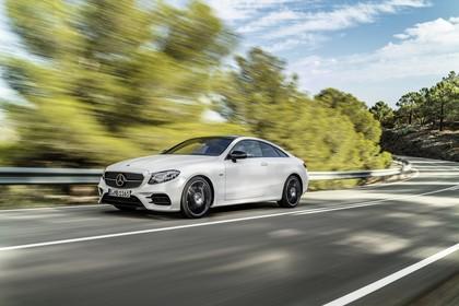 Mercedes E-Klasse Coupé C238 Aussenansicht Front schräg dynamisch weiß