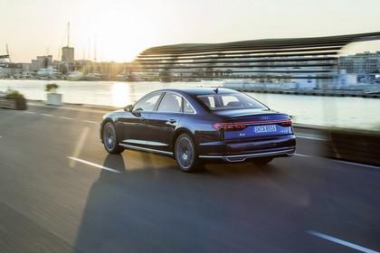 Audi A8 4N Aussenansicht Heck schräg dynamisch blau