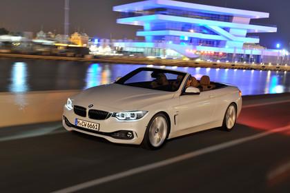 BMW 4er Cabrio F33 Aussenansicht Seite schräg dynamisch weiss